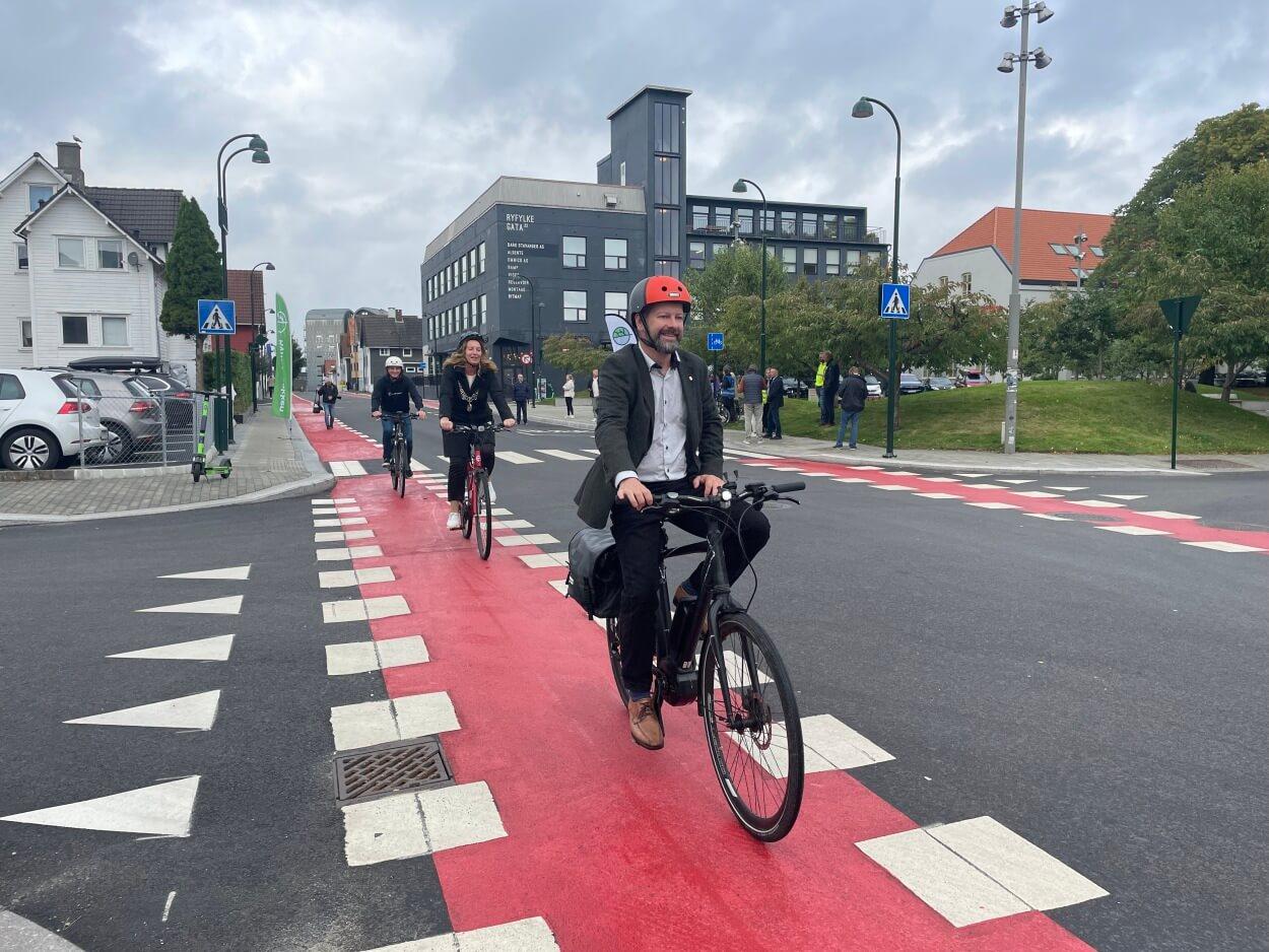 Leder for UMU, Rune Askeland, varaordfører Dagny Sunnanå Hausken og Bymiljøpakkens Tore Espedal tok den første sykkelturen i den nyåpnede Ryfylkegata.